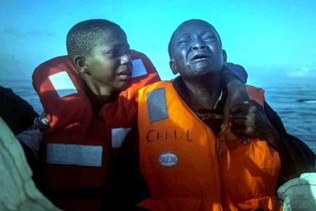 El segundo premio en la categoría 'Noticias de actualidad' fue para esta foto de dos niños refugiados nigerianos en una barca de una ONG llorando tras la muerte de su madre.