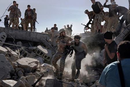 En la categoría 'Noticias de Actualidad', el tercer premio de Historias se lo llevó una foto de un militante de Estado Islámico capturado por soldados libios.