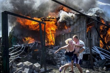 La imagen ganadora del primer premio de la categoría 'Proyectos de largo recorrido' forma parte de la serie fotográfica 'Días negros en Ucrania' y muestra un ataque aéreo en la localidad de Lugánskoye.