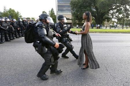 Primer premio en la categoría 'Temas contemporáneos'. La foto fue tomada durante las protestas contra la violencia policial en Baton Rouge, estado de Luisiana, EU.