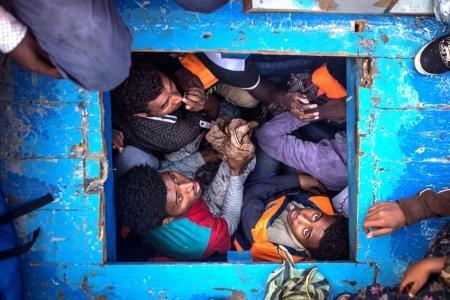Categoría 'Las noticias al instante', tercer premio de Historias. Migrantes eritreos amontonados en la bodega de un bote de madera en el que viajaban cientos de hombres, mujeres y niños.
