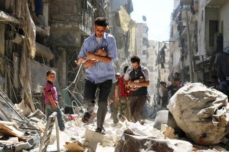 Categoría 'Las noticias al instante', segundo premio de Historias. Dos hombres sirios llevan en brazos a dos bebés tras el ataque en la ciudad de Alepo, septiembre del 2016.