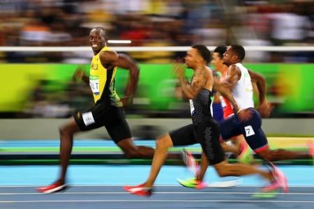 El tercer premio en la categoría 'Deporte'. El atleta más rápido del mundo, Usain Bolt, gira la cabeza hacia los fotógrafos y sonríe durante la disputa de las semifinales de los 100 metros durante los JO en Río de Janeiro 2016.