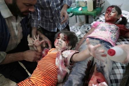 Categoría 'Las noticias al instante', segundo premio. La imagen muestra a unas niñas sirias ensangrentadas tras un ataque aéreo en Damasco.